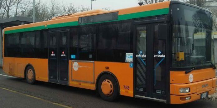 Sui bus con mascherine, distanziati e attenti a non salire quando la capienza è raggiunta. Così da lunedì si viaggerà sui mezzi dell'Apam